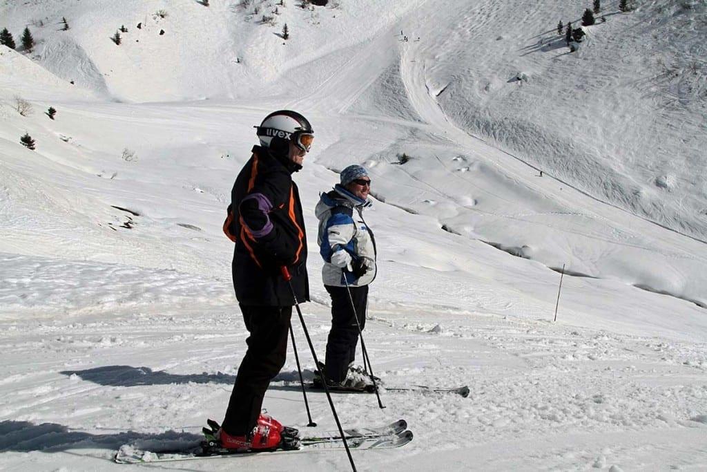 Skifahrer auf der Piste - in dem Skigebiet um Les Gets, Morzine in Frankreich