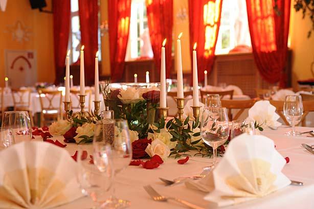 Saal im Waldheim festlich gedeckt für eine Hochzeit