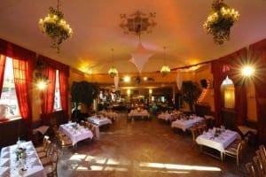 Waldheim Eventlocation für Firmenveranstaltungen - festlich geschückter Veranstaltungssaal in München