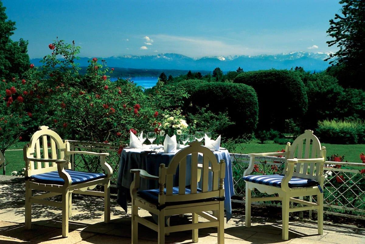 Restaurant Golfhotel Kaiserin Elisabeth - Blick von der Terrasse des Restaurants auf den Starnberger See und die Alpenkette.