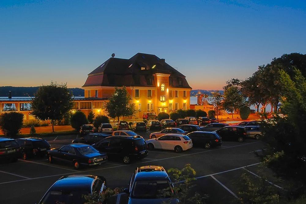 Hotel Schloss Berg am Starnberger See Aussenansicht in Abentstimmung