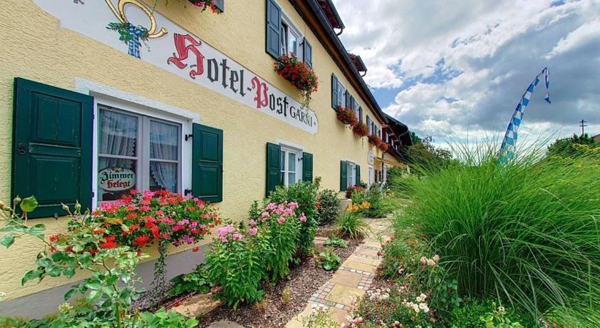 Hotel zur Post Andechs Detailansicht von Aussen mit Garten und Schriftzug