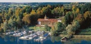 Yachthotel Chiemsee Luftaufnahme Haus und yachthafen Prien in Bayern