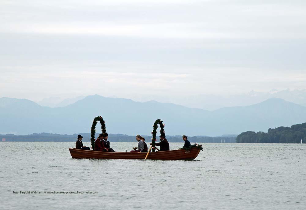Hochzeit am Starnberger See - hochzeitsschiff auf dem See bei der traditionellen Fischerhochzeit