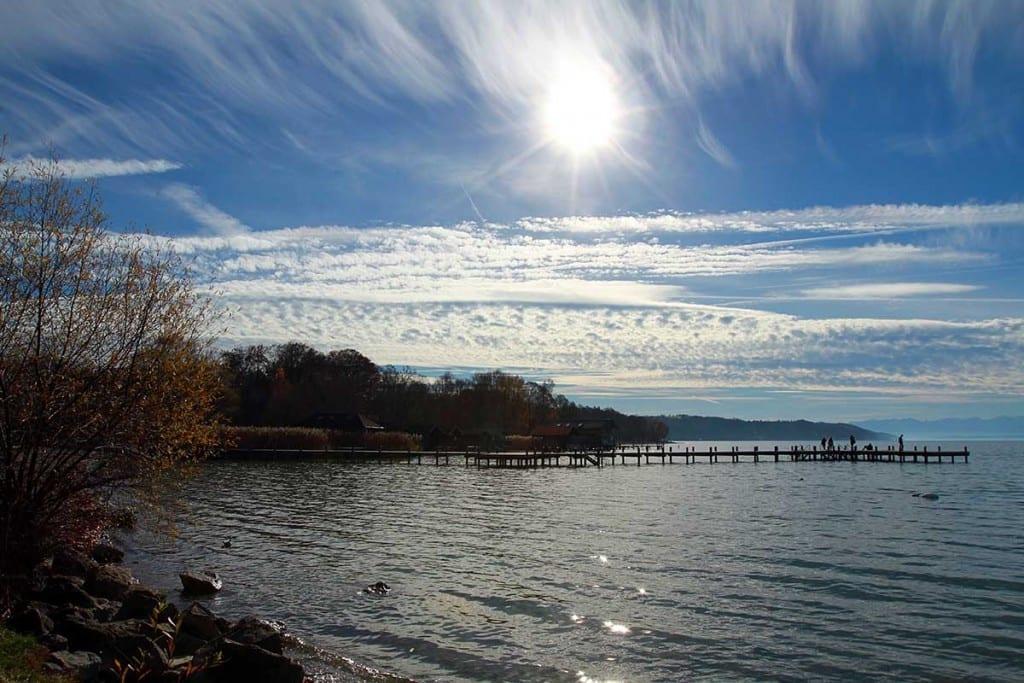 Der Starnberger See im Herbst mit tollem Bergblick auf Zugspitze Benediktenwand und traumhafter Wolkenstimmung