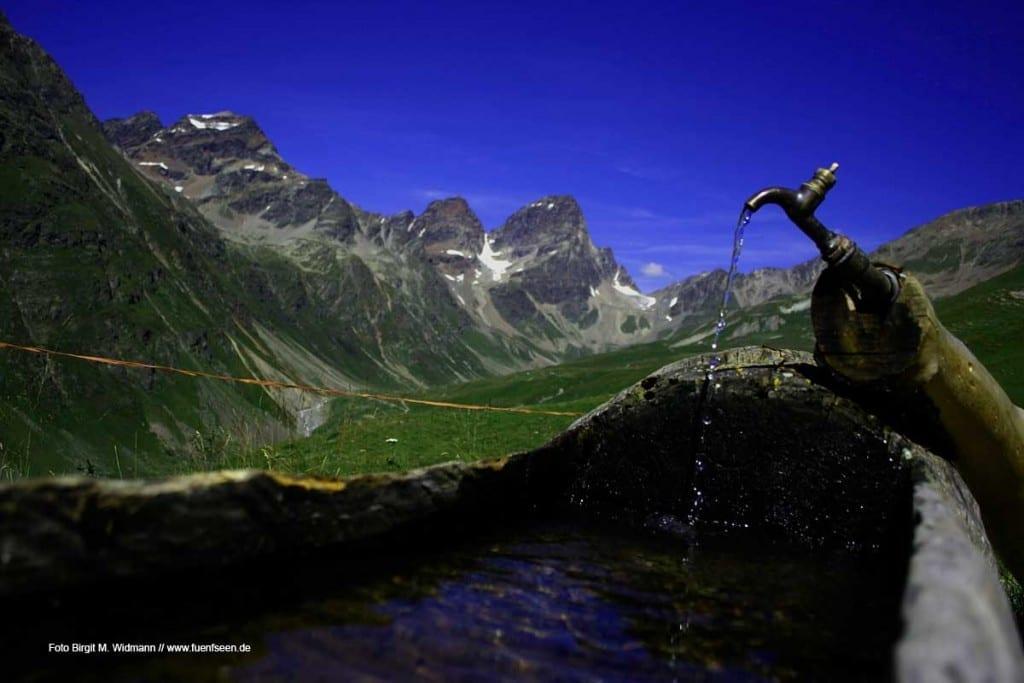 Rast an Wasserstelle auf der Via Engiadina in der Schweiz, Engadin