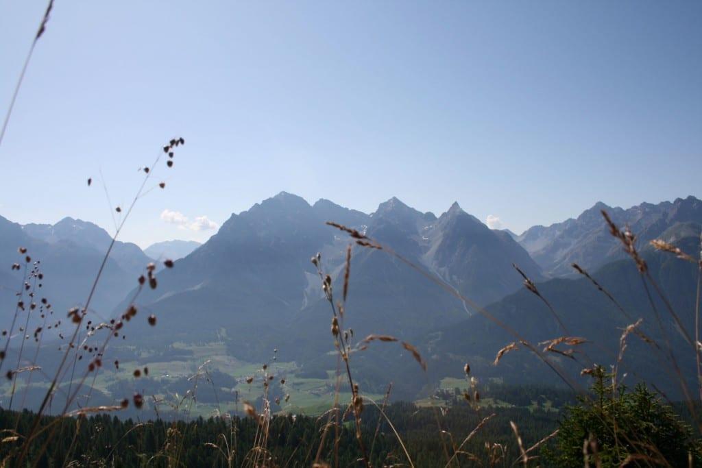 Blick auf das Tal mit Schloss Tarsap