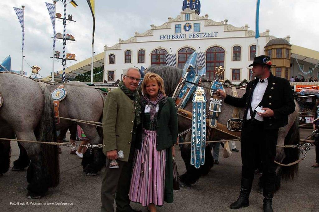 Herr und Frau Steinberg vor dem Festzelt.